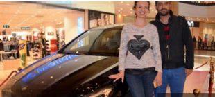 Eşini AVM'de Beklerken Çekiliş Sonucu Lüks Otomobil Sahibi Oldu