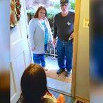 7 Yaşındaki Kız Kucağında Bebekle Kapıyı Açtı – Gerçek Ortaya Çıkınca Herkes Şok Oldu