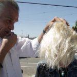 Bayan Kuaförü Sokaklarda Yaşayan Kadınların Saçını Ücretsiz Olarak Kesiyor. Kadının Saçını Yaptıktan Sonra, Suratında Beliren İfadeye Çok Dikkatli Bakın.
