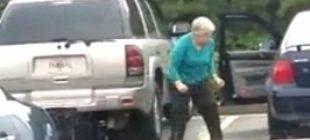 İzlenildiğini Fark etmeyen Yaşlı Kadının Hareketleri Kahkaha Attırdı