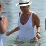 Saba Tümer şapkayla yüzdü