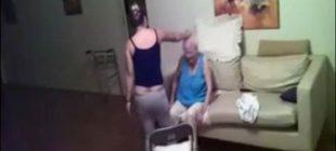 Yerleştirdiği Gizli Kamerayla Bakıcının Annesine Uyguladığı Fiziksel Şiddeti Ortaya Çıkardı- İzleyin