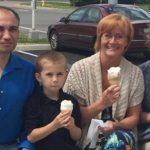 Kadın Tanımadığı Bir Ailenin Fotoğrafını Çekti – Fotoğraftaki Detay Daha Sonra Onu Ağlattı