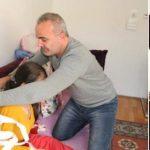 Baba 14 yaşındaki kızını ağrısı dinsin diye askıda tutuyor
