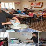 Şanlıurfa'nın Siverek ilçesinde görev yapan öğretmen Ece Koyun, odun sobası üzerinde hazırladığı pudingi öğrencilerine ikram ediyor.