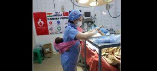 Ameliyatı sırasında bebeğini kimseye bırakamayınca yardımına Türk hemşire Mülkiye Okyay yetişti