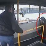 Aydın'da halk otobüsü şoförü rahatsızlanan yolcuyu hastaneye yetiştirdi! O anlar güvenlik kamerasına işte böyle yansıdı