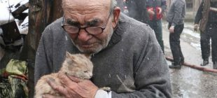 Bu fotoğrafla çok konuşulmuştu… 'Lokmamı bile kedilerimle paylaşıyorum'