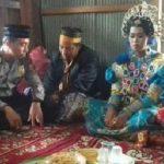 Tarlada yalnız gezen bir çift zorla evlendirildi