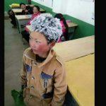 8 Yaşındaki Çocuk Saçları Donmuş Halde Okula Geldi – Öğretmeni Nedenini Anlayınca Gözyaşlarını Tutamadı