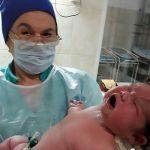 6 buçuk kilo bebeği ilaç bile almadan evde doğurdu!