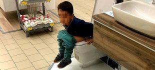 AVM'de görenleri şaşırtan görüntü… Bir anda tuvaletini yaptı