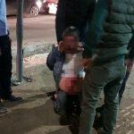 2 yaşındaki kızına göz kırpan kişiyi hastanelik etti!