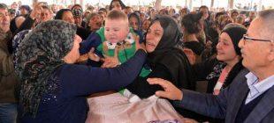 Annesi Babası ve Babasının Sevgilisi Tarafından Öldürüldüğü İddia Edilen 6 aylık bebeği annesinin tabutun üzerine koyarak son yolculuğuna uğurladılar