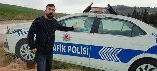 Maket polis aracını gerçek sandı, 1.5 saat bekledi
