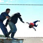 Gecekondu yıkımına direnen baba, polis müdahale edince bebeğini çatıdan attı