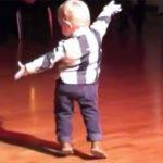 İki Yaşındaki Çocuk Sahneye Fırlayıp Dans Etti Ve Herkesi Mest Etti Sadece iki yaşında!