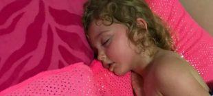 Sırt Üstü Yatan Kızını Bir Türlü Uyandıramadı – Yüzünü Çevirince Acı Gerçeğin Farkına Vardı