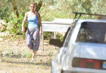 Cep telefonu kullanmıyor, köy merkezine atla gidip geliyor! İşte rockçı Özlem Tekin'in yeni hayatı…