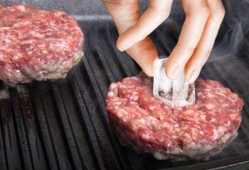 Köfteyi pişirirken üzerine buz kütlesi koyun! İşte şaşırtan sebebi…