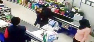 5 Yaşındaki Çocuk marketteki bir adama sadece 2 kelimeden oluşan bir soru sordu karşılığında adam çılgına dönerek çocuğu öldüresiye dövdü