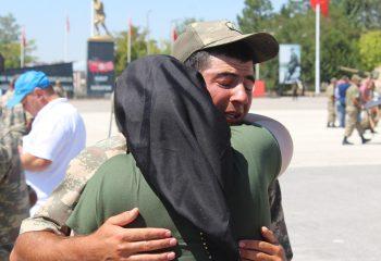Yemin töreninde ağlatan görüntüler! Öksüz asker ağladı, herkes ağladı!